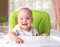 Bebé que se sienta en la tabla vacía Concepto de la nutrición imagen de archivo libre de regalías