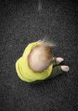 Bebé que se sienta en patio Imágenes de archivo libres de regalías