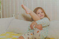 Bebé que se sienta en su pesebre Foto de archivo libre de regalías