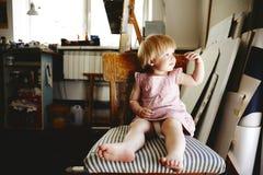 Bebé que se sienta en taller del arte Fotos de archivo libres de regalías
