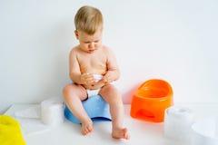 Bebé que se sienta en un potty fotos de archivo
