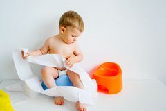 Bebé que se sienta en un potty imagen de archivo