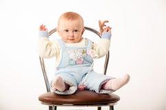 Bebé que se sienta en una silla, estudio Foto de archivo libre de regalías