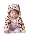 Bebé que se sienta y que sonríe en un traje del camuflaje en un fondo blanco Fotografía de archivo libre de regalías