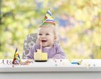 Bebé que tiene su primer cumpleaños, fondo borroso Imágenes de archivo libres de regalías