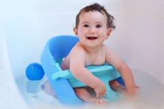 Bebé que tiene un baño Imagen de archivo libre de regalías
