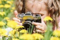 Bebé que toma imágenes al aire libre fotos de archivo libres de regalías