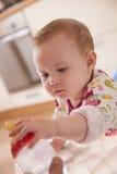 Bebé que toma la botella de agua Foto de archivo libre de regalías