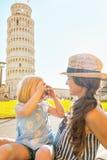 Bebé que toma la foto de la madre en Pisa Imágenes de archivo libres de regalías