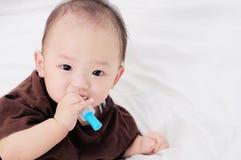 Bebé que toma la medicina con el dropper fotografía de archivo
