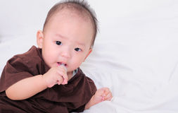 Bebé que toma la medicina con el dropper fotos de archivo libres de regalías