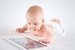 Bebé que usa la tablilla digital Imagen de archivo libre de regalías