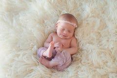 Bebé recém-nascido de sorriso fotografia de stock