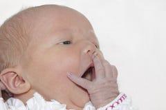 Bebé recém-nascido que boceja Imagens de Stock Royalty Free