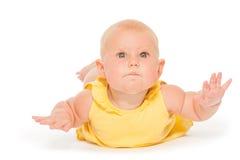Bebé rechoncho que pone en el vientre en mono amarillo Imágenes de archivo libres de regalías