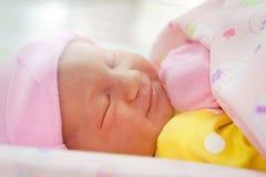 Bebé recién nacido acogedor y el dormir Imágenes de archivo libres de regalías