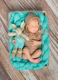 Bebé recién nacido adorable con el conejito-juguete en choza Imagen de archivo libre de regalías