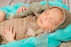 Bebé recién nacido adorable con el conejito-juguete en choza Foto de archivo libre de regalías