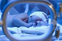 Bebé recién nacido bajo luz ultravioleta Fotos de archivo