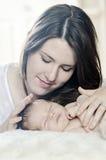 Bebé recién nacido calmante de la madre imagen de archivo