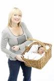 Bebé recién nacido celebrado en cesta por Mother Fotografía de archivo libre de regalías