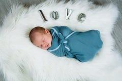 Bebé recién nacido con el amor explicado Imagenes de archivo