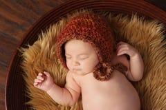 Bebé recién nacido con el capo fotografía de archivo libre de regalías