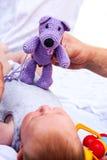 Bebé recién nacido con el oso de peluche Fotos de archivo libres de regalías