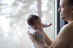 Bebé recién nacido con el padre Fotografía de archivo libre de regalías