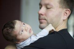Bebé recién nacido con el padre Imagen de archivo