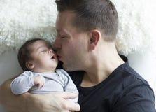 Bebé recién nacido con el padre Fotos de archivo libres de regalías