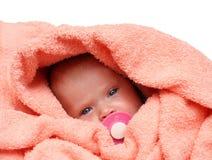 Bebé recién nacido con el soother Imágenes de archivo libres de regalías