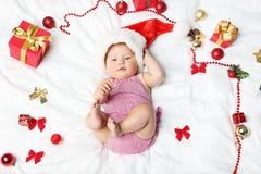 Bebé recién nacido con las decoraciones de la Navidad foto de archivo