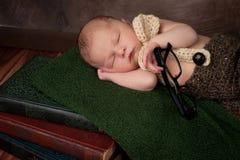 Bebé recién nacido con los vidrios de lectura Fotos de archivo libres de regalías
