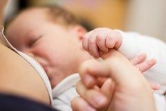 Bebé recién nacido de amamantamiento Foto de archivo libre de regalías