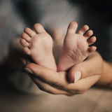 Bebé recién nacido de los pies del asimiento de la madre Fotos de archivo libres de regalías