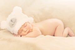 Bebé recién nacido durmiente Fotos de archivo