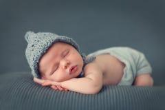 Bebé recién nacido durmiente Imágenes de archivo libres de regalías