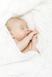 Bebé recién nacido durmiente cubierto con la manta blanca fotos de archivo libres de regalías