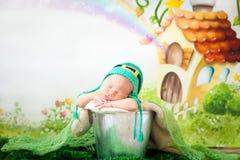 Bebé recién nacido durmiente en un sombrero del día del ` s de St Patrick Imagenes de archivo