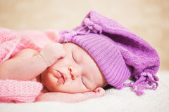 Bebé recién nacido durmiente (a la edad de 14 días) Fotografía de archivo