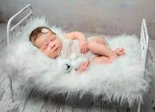 Bebé recién nacido durmiente lindo en la choza con la manta mullida fotos de archivo libres de regalías