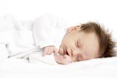 Bebé recién nacido durmiente pacífico imagenes de archivo