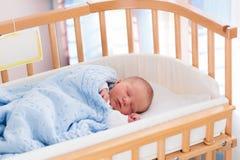 Bebé recién nacido en choza del hospital Foto de archivo