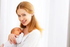 Bebé recién nacido en el abrazo blando de la madre fotografía de archivo