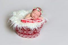 Bebé recién nacido en el capo de Papá Noel imagen de archivo libre de regalías