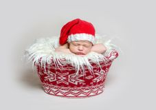 Bebé recién nacido en el capo de Papá Noel Foto de archivo