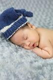 Bebé recién nacido en el gris de la tela, semana 6 vieja foto de archivo libre de regalías