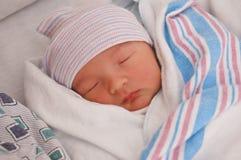 Bebé recién nacido en el hospital Foto de archivo libre de regalías