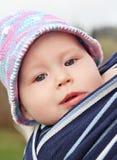 Bebé recién nacido en la honda fotos de archivo